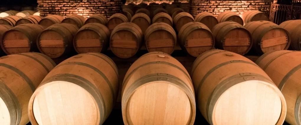 並べられたワインの樽