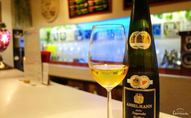 甘口ワインのグラスとボトル