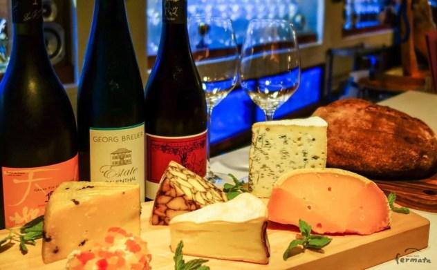 フェルマータのカウンターに並べたドイツワインとチーズとパン・ド・カンパーニュ