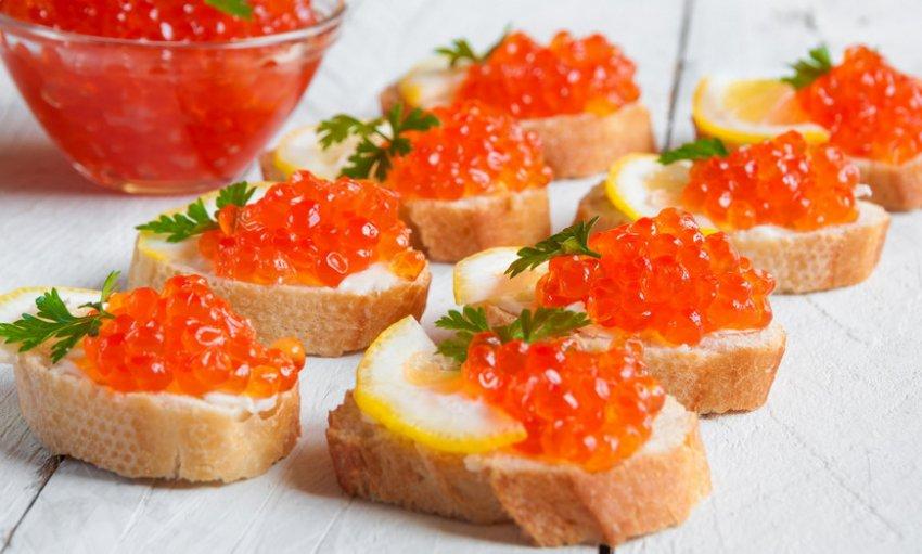 红色鱼子酱三明治