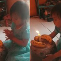 Papás le hacen pastel con dos plátanos
