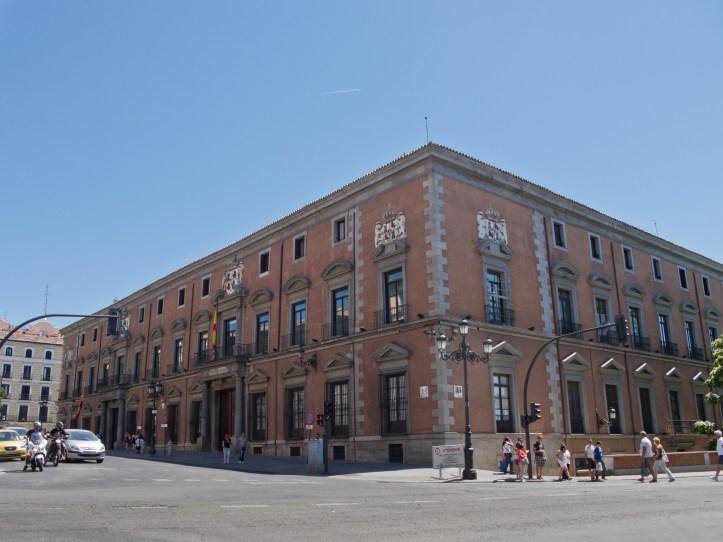 Palacio_de_los_Consejos_-_01.jpg
