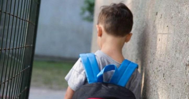 Niño-de-espaldas