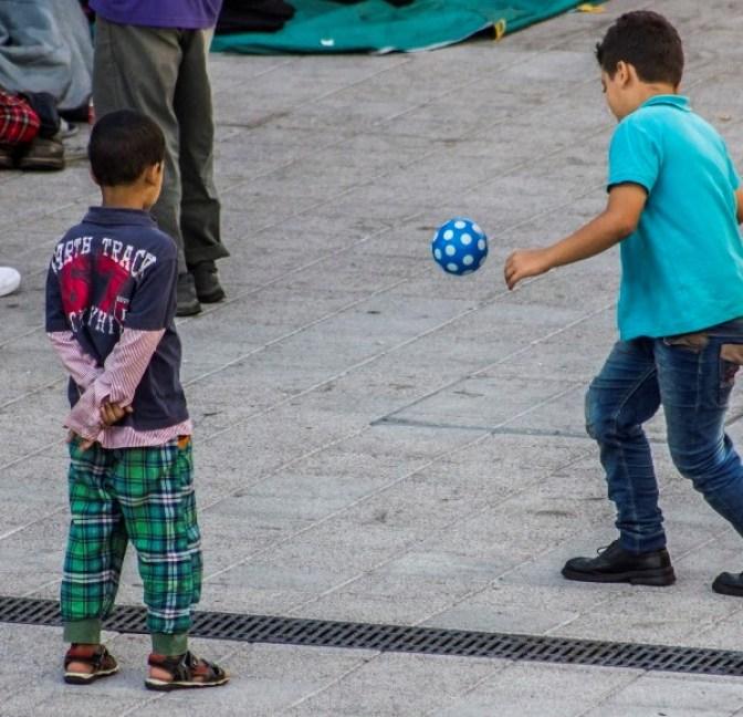 Depositphotos_84188848_xl-2015_Migraciones_menores_inmigrantes_juegos_espera_800x600 (2)
