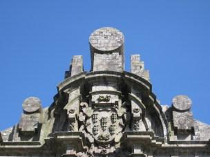 Fachada de Santa Clara: frontón círcular.