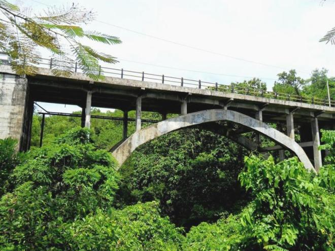 Welcome to the Jungle: Die Brücke zur Strandbucht Padang-Padang im Süden Balis
