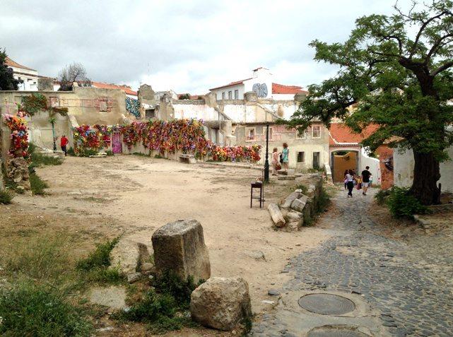 Gehört zu den Top 10 für 4 Tage Lissabon: Kunst inmitten verlassener Gebäude: Stadtteil Alfama