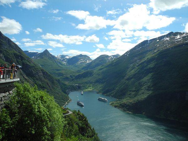 Rundreise Norwegen: Blick auf Kreuzfahrtschiffe im Geiranger Fjord