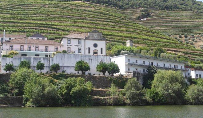 Verlassen Quintas an den Hängen in Pinhao, Douro-Tal Portugal