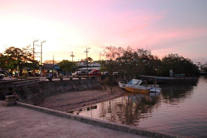 Sonnenuntergang am Fluss von Krabi Town, Thailands Süden