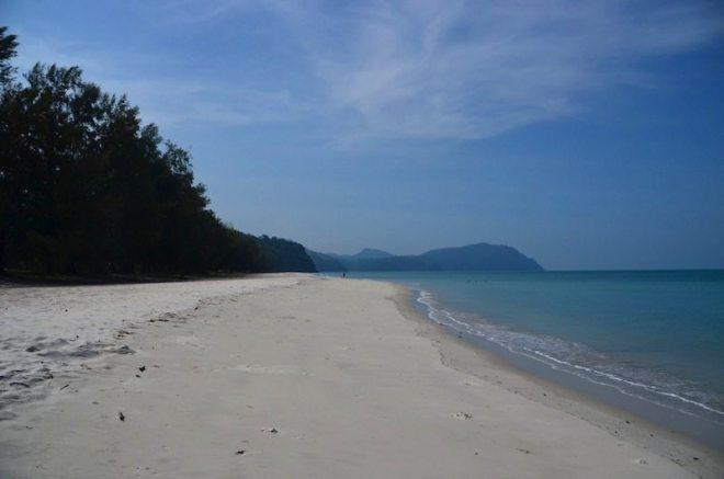 Ao Jak mit strahlendem Sand und schimmerndem Wasser