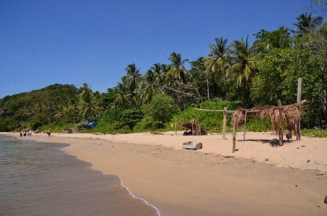 Nicht nur einer der untouristischen Straende Koh Lantas: auch gut zum Schwimmen: Nui Bay (bei Google: Nui Beach genannt)