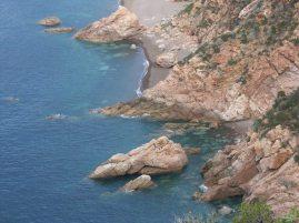 Steilküste bei Porto an der Westküste Korsikas