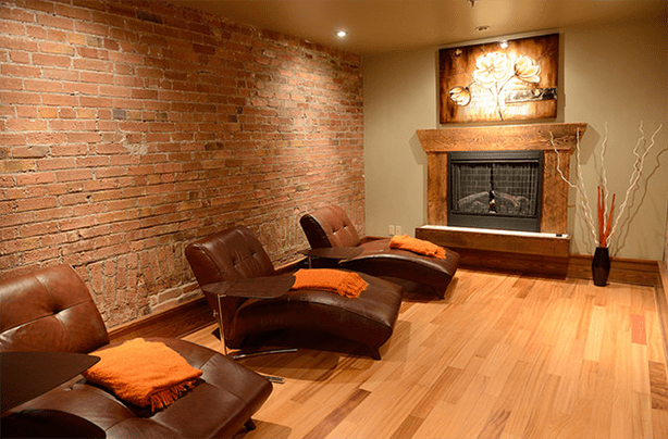After a treatment, guests can relax here in front of the fireplace.