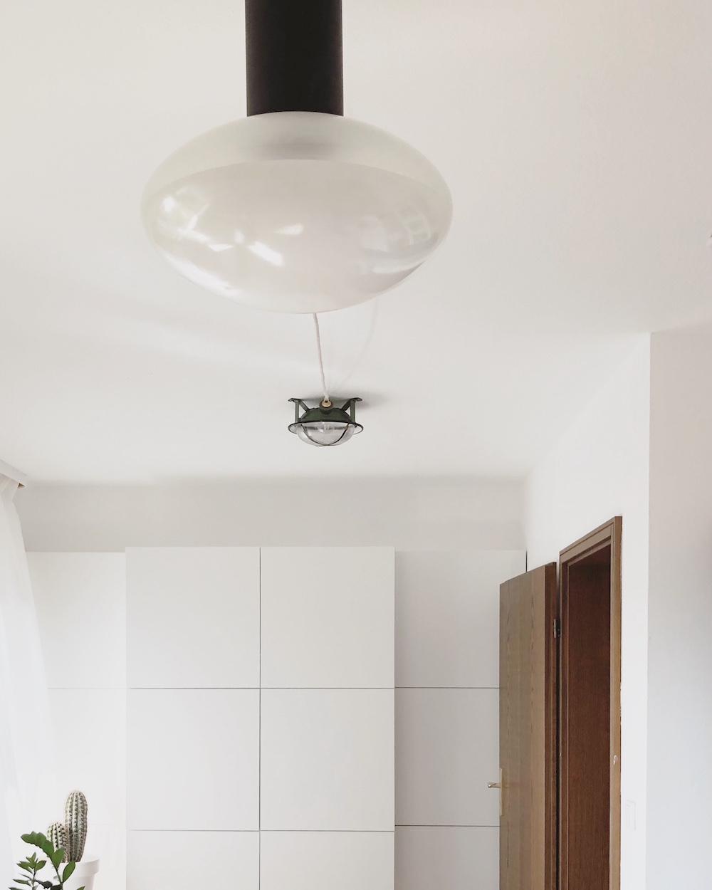 Ich mag ein wenig klingen wie eine Schallplatte mit Sprung, aber tatsächlich gibt es auch hier eine Ikea BESTÅ-Lösung und eine alte Industrielampe von JØLG. Beide haben sich bewährt, also kann man von beiden ruhig mehr als eine haben.