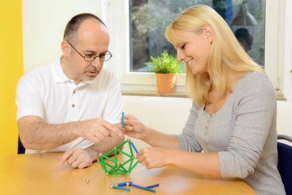 Frau und Therapeut bei Ergotherapie
