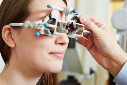 Lernen Sie jetzt mithilfe eines Fernstudiums den Beruf des Augenoptikers. © Robert Kneschke - Fotolia.com