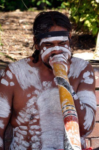 Aborigine Künstler spielt Didgeridoo