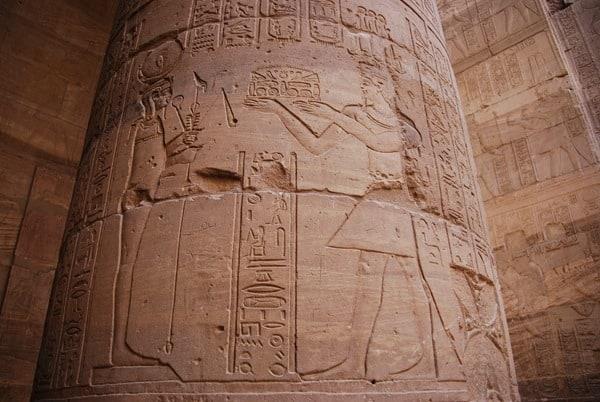 14_Saeule-Innenhof-Tempel-von-Philae-Assuan-Aegypten-Nilkreuzfahrt