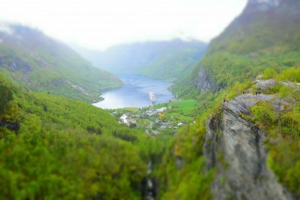00 MSC Sinfonia auf Reede im Geirangerfjord Norwegen 1