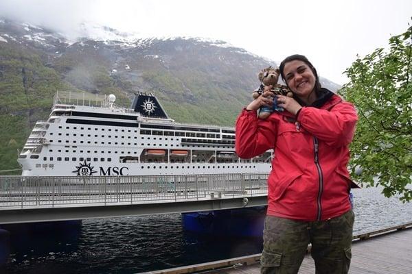 Geirangerfjord Norwegen Jack Bearow mit Tourguide Anna vor MSC Sinfonia
