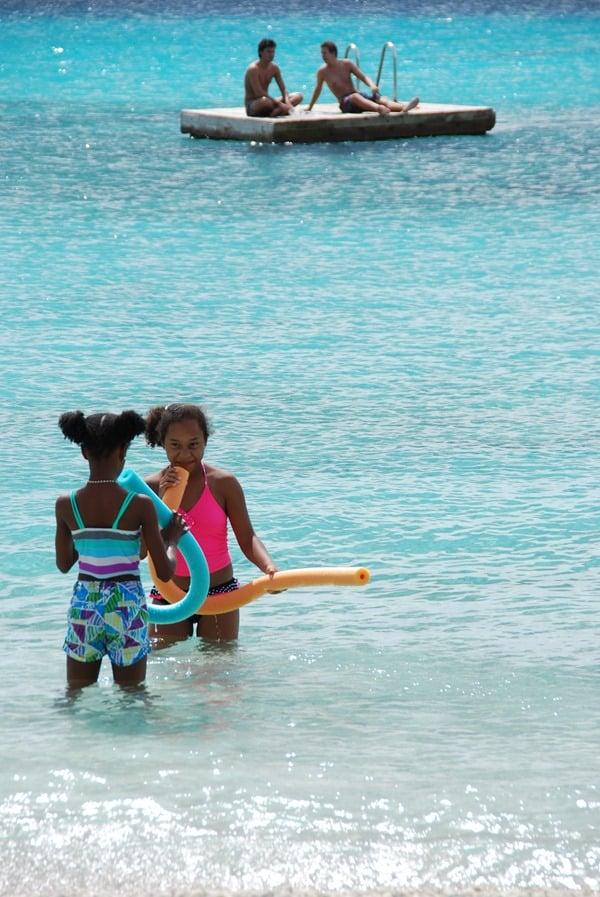09_Kinder-Badespass-am-Strand-Playa-Porto-Mari-Beach-Curacao-Karibik-Meer