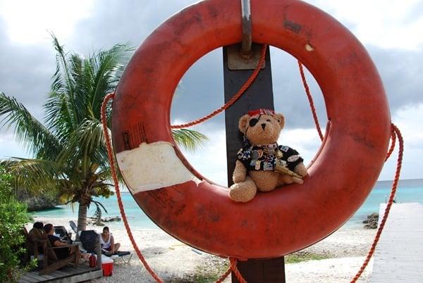19_Jack-Bearow-im-Rettungsring-am-Playa-Porto-Mari-Beach-Curacao-Karibik-Meer