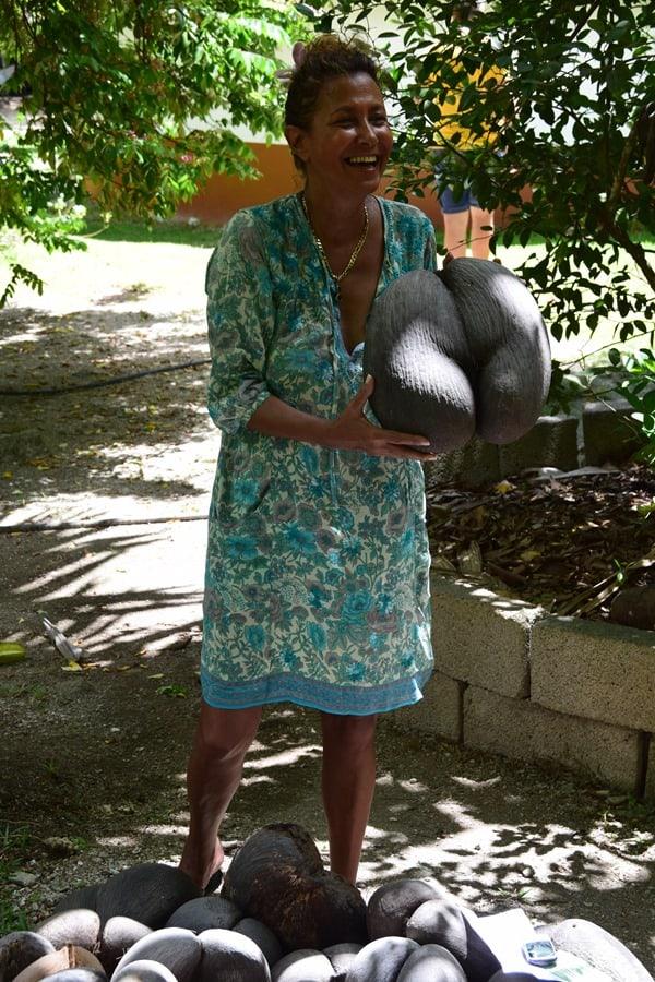 22_Edith-mit-Coco-de-Mer-Vallee-de-Mai-Praslin-Seychellen