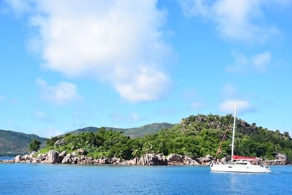 02_Katamaran-vor-Curieuse-Seychellen