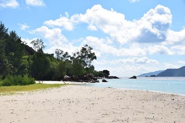 04_einsamer-Strand-auf-Curieuse-Seychellen