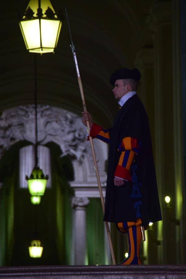 23_paepstliche-Schweizergarde-Sicherheit-am-Petersplatz-Petersdom-Vatikan-Rom-Italien
