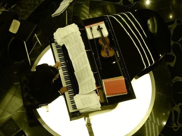 10_Klavier-Geige-Lobby-MSC-Preziosa-Mittelmeer-Kreuzfahrt