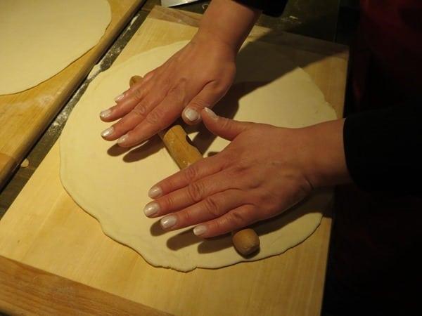 die perfekte Pizza selber machen ausrollen Pizzateig vorbereiten Pizzakurs Italien