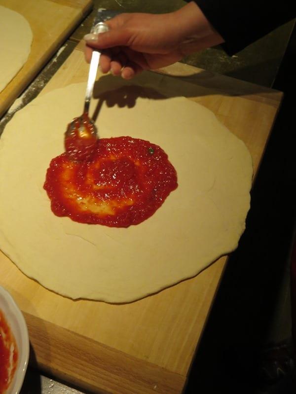 die perfekte Pizza selber machen Pizzasoße Rezept Tomatensugo Pizzabelag