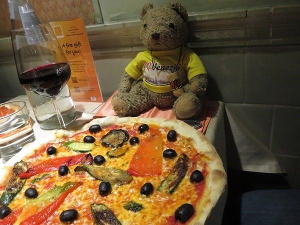 die perfekte vegetarische Pizza selber machen beim Pizzakurs Ristorante That's Amore Rom Italien