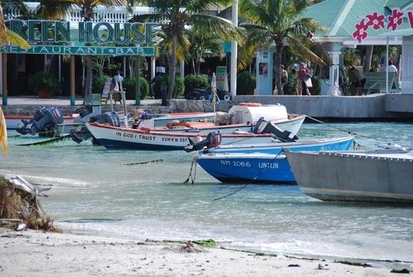 Strand-Saint-Martin-Boote-im-Meer-Karibik