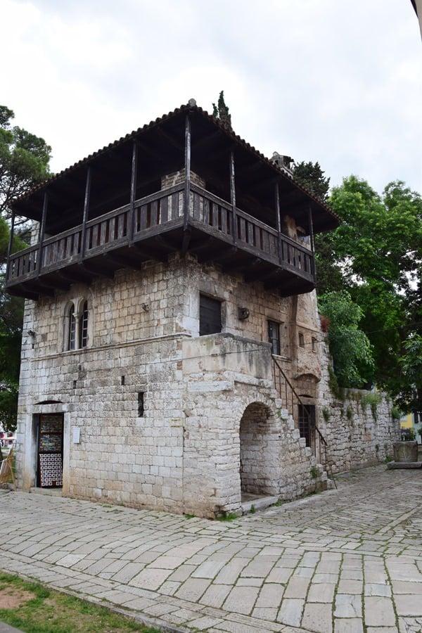 Porec Kroatien romanisches Haus mit Brunnen Altstadt Istrien