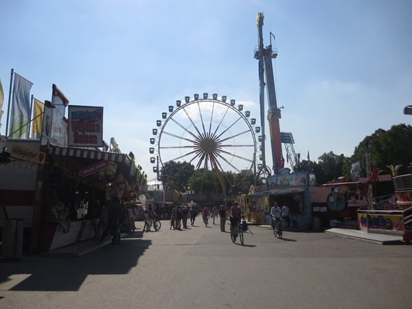 01_Schiessbuden-Sommer-im-Park-Olympiapark-Muenchen-Bayern