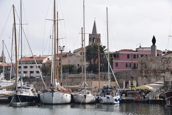 Auslaufen zur Neptungrotte Hafen Alghero Sardinien Italien