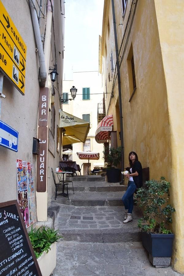 Castelsardo Sardinien Gasse Restaurant Italien