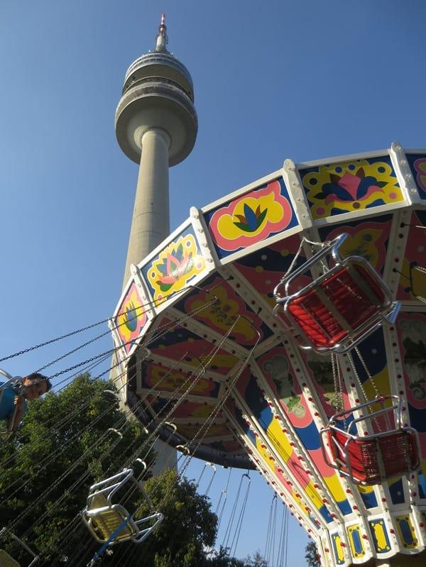 15_Kettenkarussell-Sommer-im-Park-Olympiapark-Muenchen-Bayern