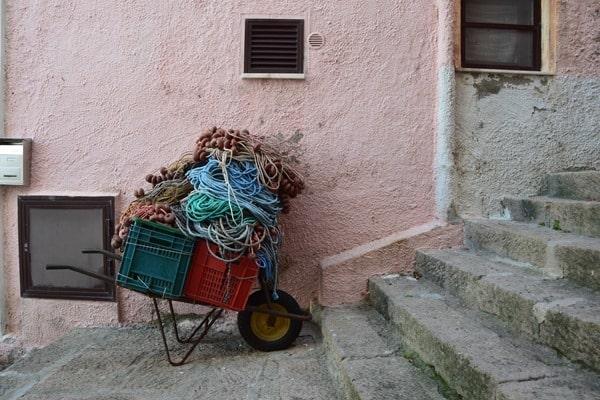 Castelsardo Sardinien Altstadt Schubkarren Gassen Italien