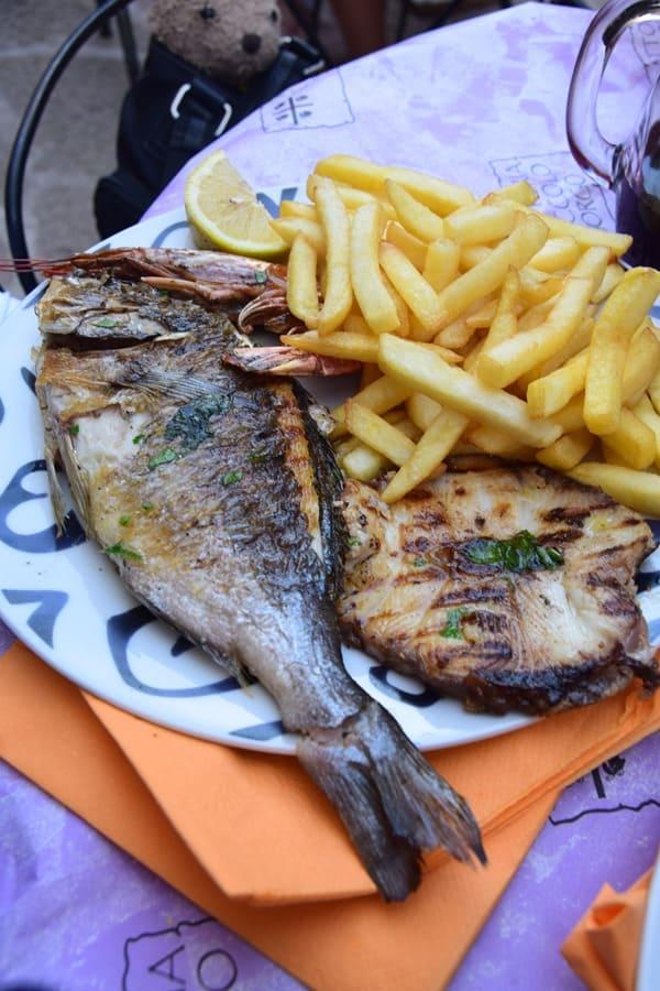 Castelsardo Sardinien Restaurant Fischteller Dorade Italien
