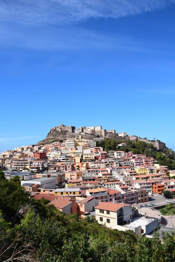 Castelsardo Sardinien Landschaft blauer Himmel Italien