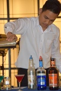 Seetag Kreuzfahrt Barkeeper Cocktail mixen Kreuzfahrtschiff