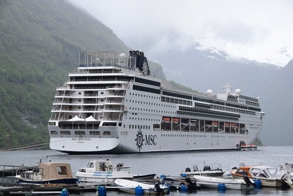Wie-sieht-ein-typischer-Tag-auf-Kreuzfahrt-aus-Kreuzfahrtschiff-MSC-Sinfonia-auf-Reede-Geirangerfjord-Norwegen