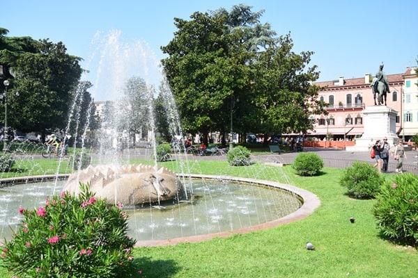 Verona Sehenswürdigkeiten Italien Münchner Kindl Brunnen Piazza Bra