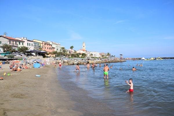 01_Strand-Santo-Stefano-al-Mare-Ligurien-Italien-Blumenriviera