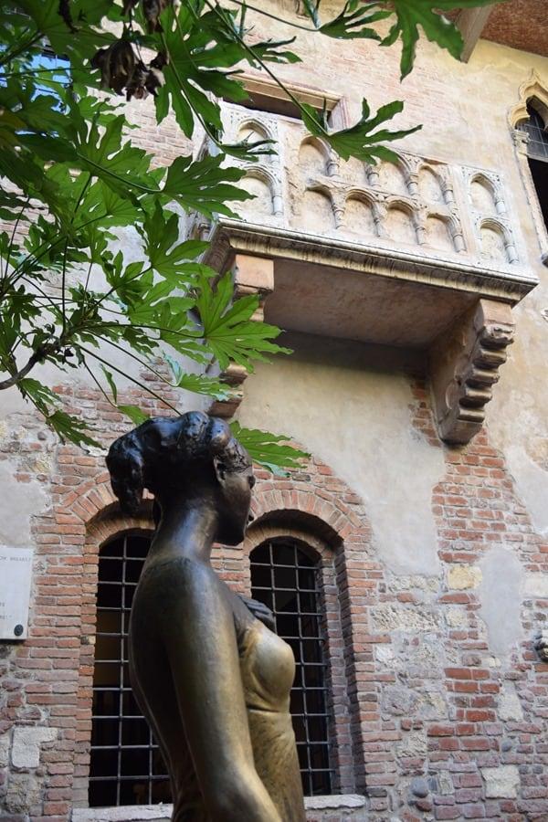 Verona Sehenswürdigkeiten Romeo & Julia Statue Balkon Casa di Giulietta Italien