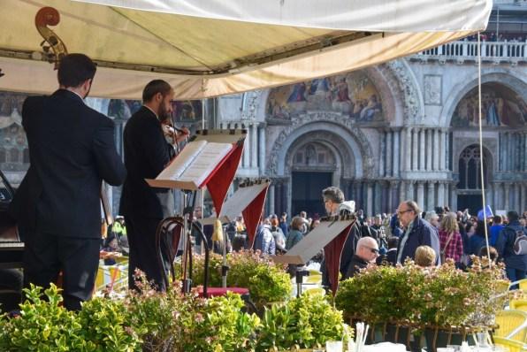 Venedig Markusplatz Cappuccino mit Orchester Italien